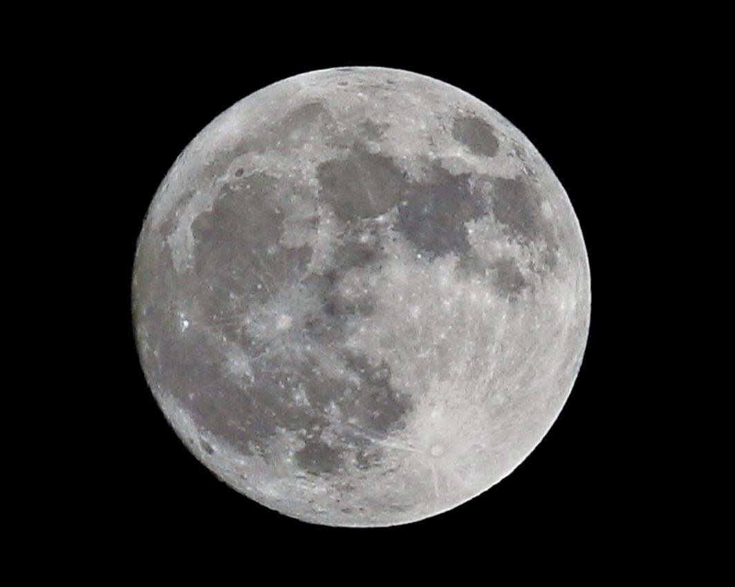 月球背對著我們的一面很粗糙,佈滿了隕石坑與環型山。(攝影:陳柏州 / 大紀元)