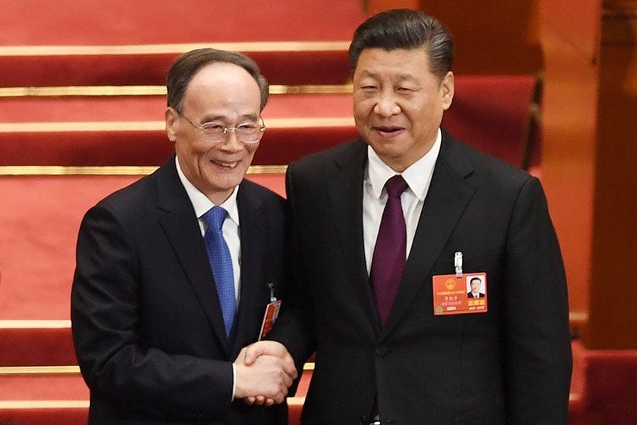 前中紀委書記王岐山(左)在「十九大」上退出,「兩會」上再以國家副主席的身份重返政壇。(GREG BAKER/AFP/Getty Images)