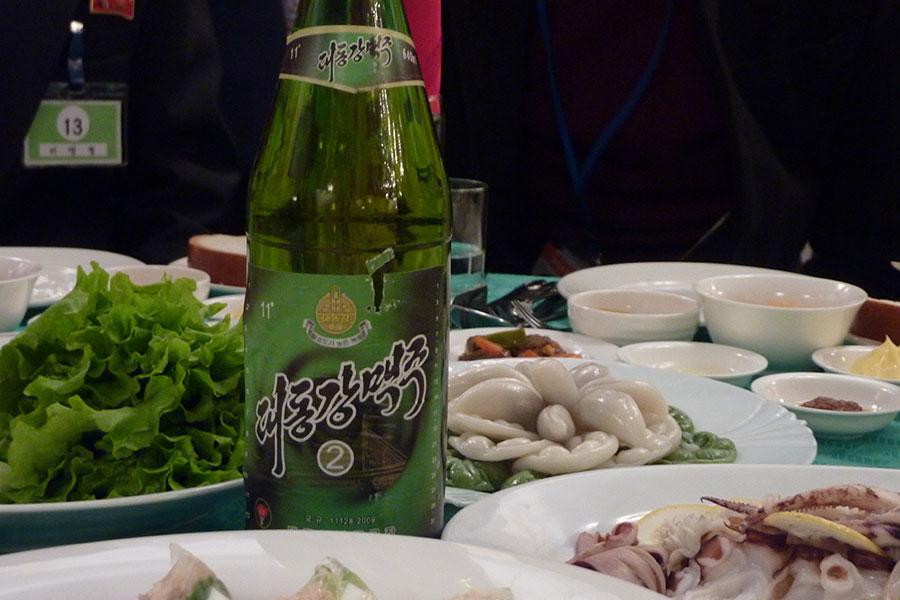 中國餐廳出售仿冒的北韓大同江啤酒。圖為2014年2月21日,北韓餐廳餐桌上的大同江啤酒。(AFP/Getty Images)
