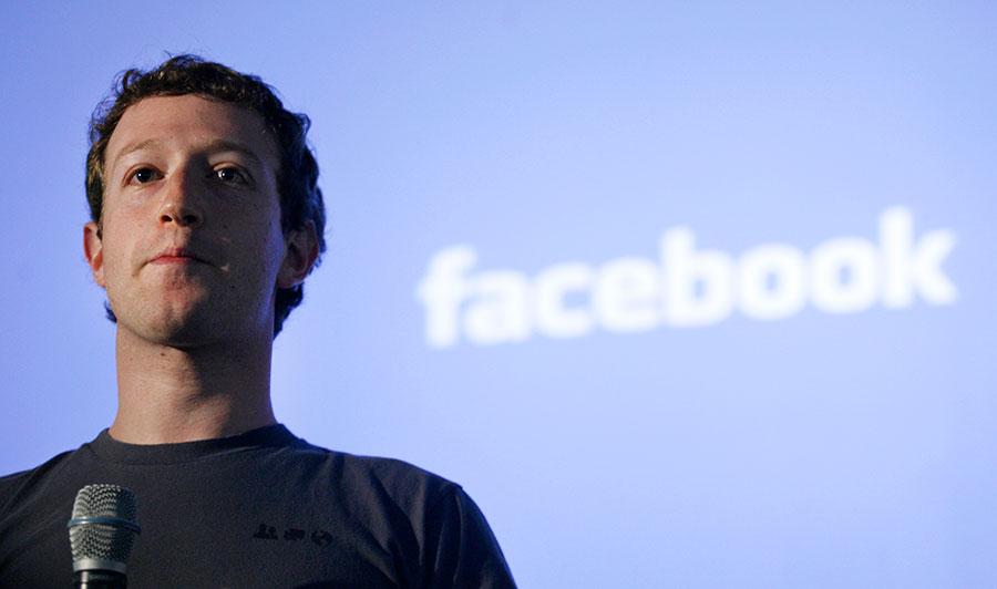 Facebook公司因涉及洩漏5千萬個用戶的個資給第三方,恐面臨最高2萬億美元的罰款。圖為Facebook行政總裁朱克伯格。(KIMIHIRO HOSHINO/AFP/Getty Images)
