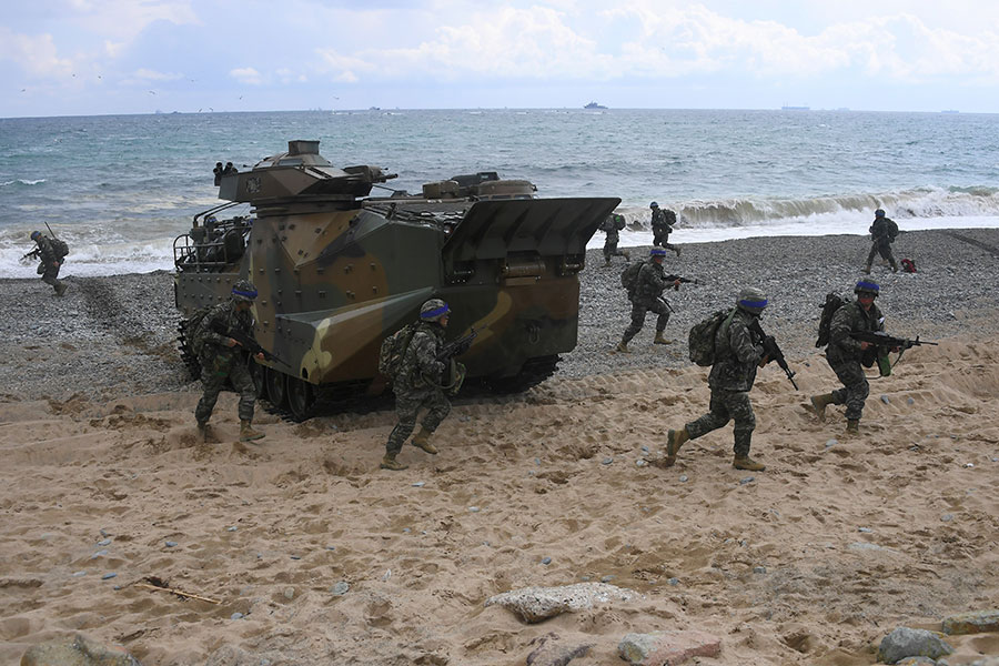 南韓國防部宣佈,2018年的美韓聯合軍演將於4月1日正式啟動。圖為2017年4月2日,南韓海軍陸戰隊在「鷂鷹」演習中進行登陸作戰訓練。(JUNG YEON-JE/AFP/Getty Images)