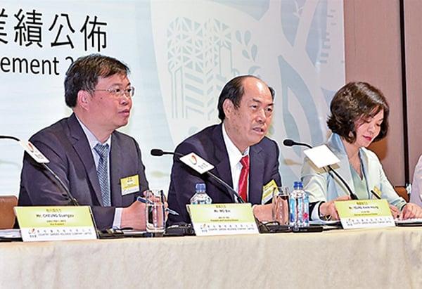 圖為碧桂園總裁莫斌(左)和主席楊國強(中)出席香港業績會。(郭威利/大紀元)
