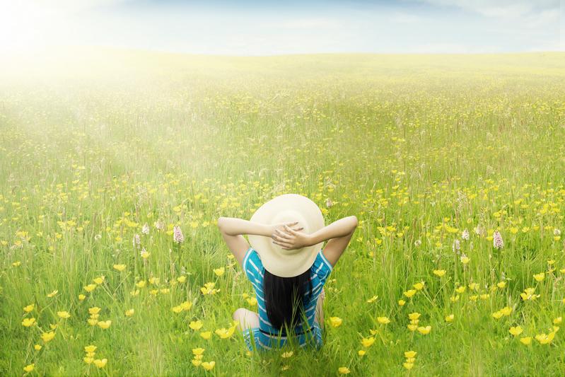 在草地、森林和野外等處赤足步行,可以幫助身體甦醒,並吸收大自然中的陽氣。(大紀元資料室)