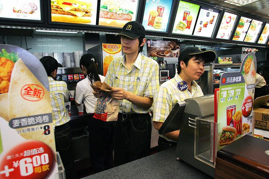 在過去幾年,中國因食品醜聞而臭名昭著,包括三聚氰胺嬰兒奶粉、假雞蛋、掛羊頭賣狗肉等。雖然美國品牌也不是毫無瑕疵,但是中國人普遍相信,美國公司的安全標準遠遠高於中國公司。(FREDERIC J. BROWN/AFP/Getty Images)