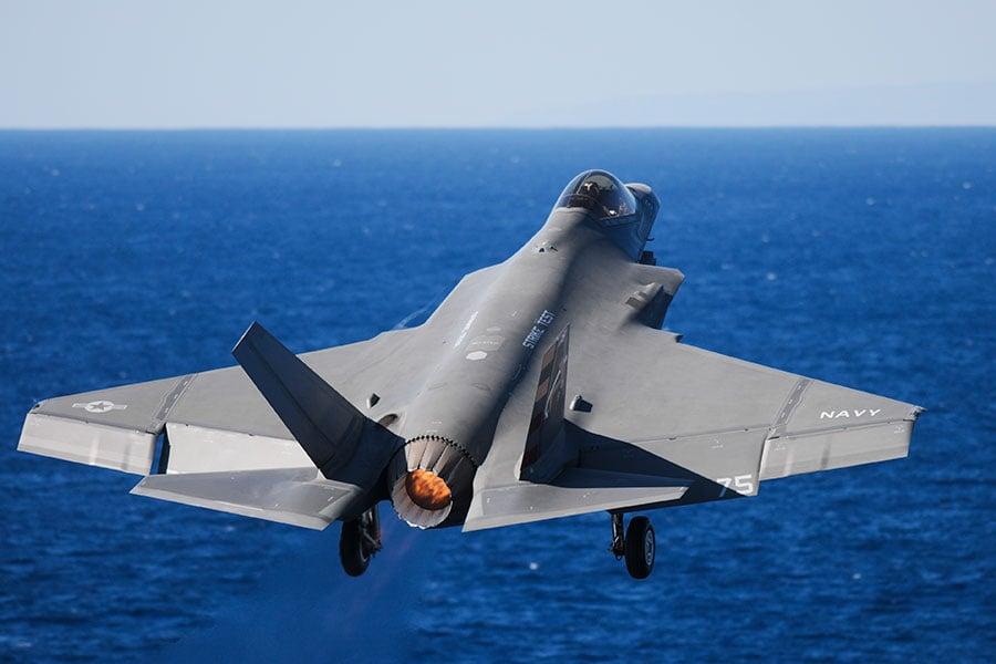 美國海軍宣佈,將於2021年在卡爾文森號航母(USS Carl Vinson)上部署艦載F-35C隱形戰鬥機。(AFP PHOTO/US NAVY/MCS Eli K. Buguey)
