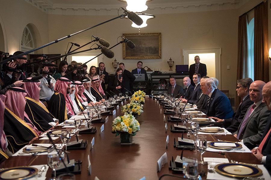 特朗普及美國官員和穆罕默德一行一起進行餐務會議。(Kevin Dietsch-Pool/Getty Images)