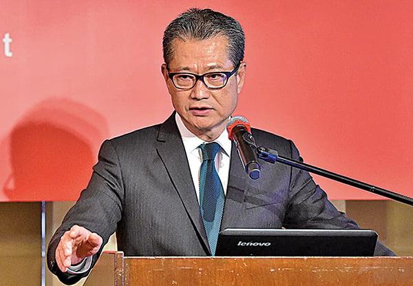 對於外傳向低收入人士派錢,財政司司長陳茂波昨出席一個午餐會時,沒有回應。(郭威利/大紀元)