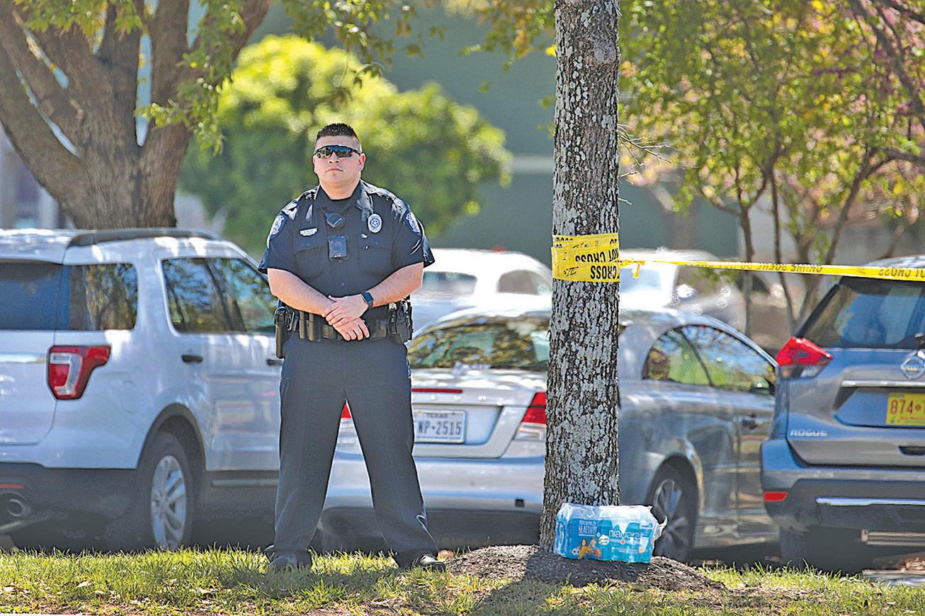 第五宗爆炸事件發生在德薩斯州謝茨一個聯邦快遞配送中心。圖為調查人員和警方在現場調查。(Scott Olson/Getty Images)