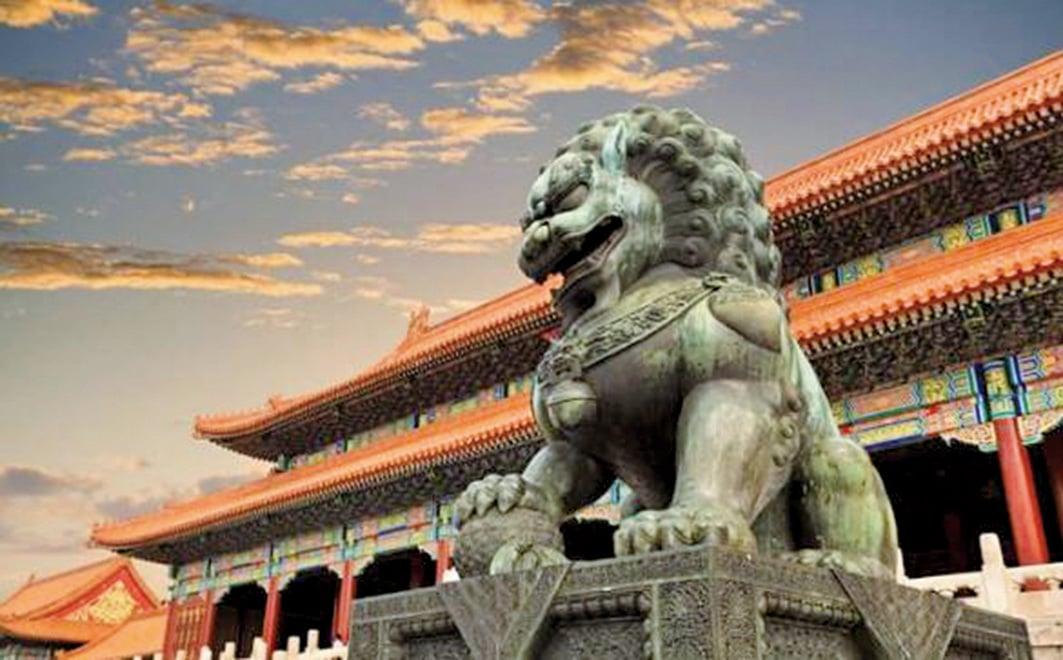 中國古代的各類建築物前,如宮殿、衙署、陵墓、寺廟、園林、橋梁等等,總會左右各擺放一對石雕的獅子。 (公有領域)
