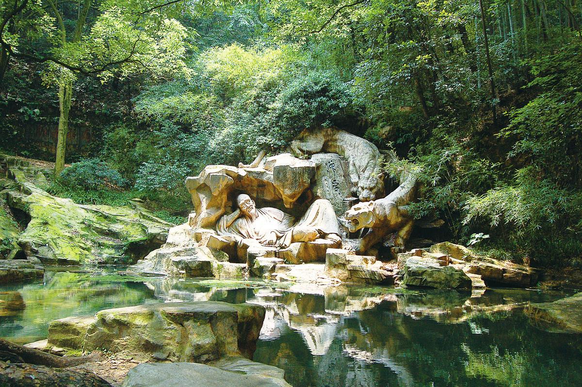 西湖虎跑泉的一處雕塑敘說傳說中的故事。