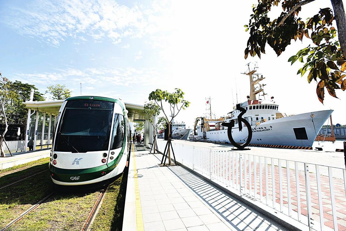 在輕軌C12大義站,輕軌列車和「海研一號」毗鄰並列。 (李晴玳/大紀元)