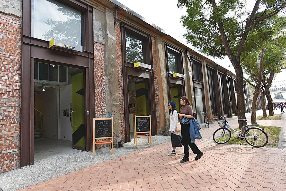 駁二大義區,小檜 山貴裕(日本)的「開放工作室」。 (李晴玳/大紀元)