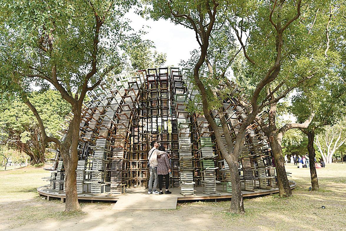 椅子樂譜,用上千張課椅堆疊出童年課室記憶,可供遊客深入探索。(李晴玳/大紀元)