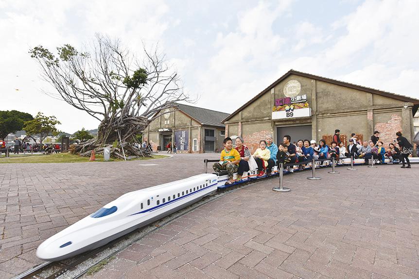 「哈瑪星鐵路故事館」是旅人旅遊駁二必訪之地,其中又以「哈瑪星小火車」最受青睞。(李晴玳/大紀元)