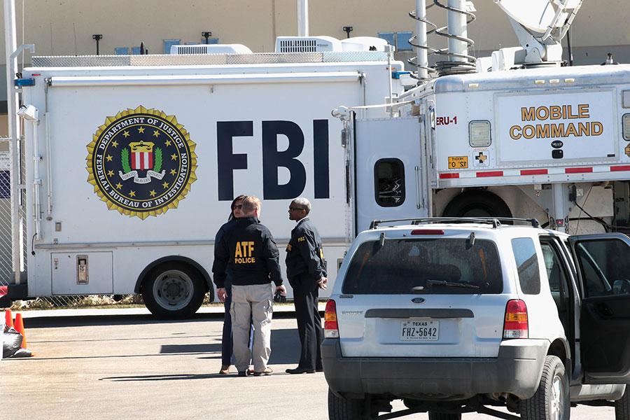 德州第五宗爆炸發生後,美國「菸酒槍砲管理局」(ATF)的特工們以及FBI人員趕到了現場。(Scott Olson/Getty Images)