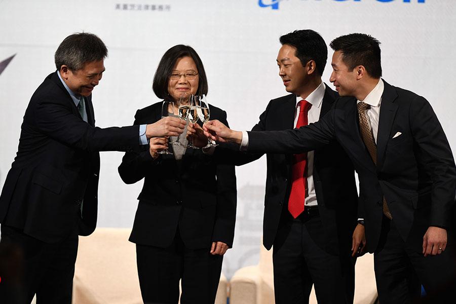 美國國務院官員黃之翰周三(在3月21日)台灣總統蔡英文出席的晚宴上重申美國對保衛台灣的承諾。右一是黃之翰。(SAM YEH/AFP/Getty Images)
