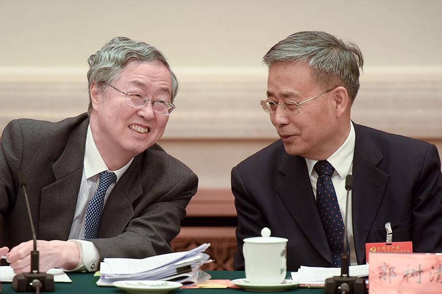 圖為剛卸任中共央行行長的周小川(左)與中共銀保監會主席郭樹清。(Etienne Oliveau/Getty Images)