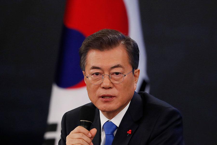 周三,南韓總統文在寅表示,如果預定4月底舉行的兩韓峰會以及5月底之前召開的美朝峰會取得進展,不排除美國、南韓及北韓舉行三方首腦峰會的可能性。圖為今年1月10日文在寅在青瓦台新聞發佈會上發言。(Kim Hong-ji - Pool/Getty Images)