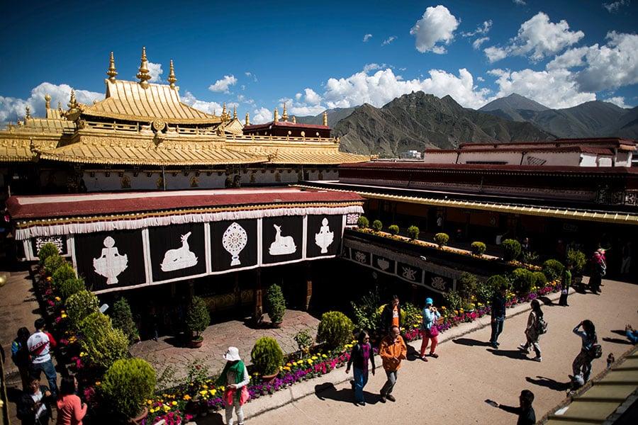 圖為西藏首府拉薩的大昭寺。(JOHANNES EISELE/AFP/Getty Images)