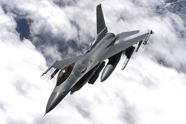 與F-15默契配合的F-16。(維基百科)