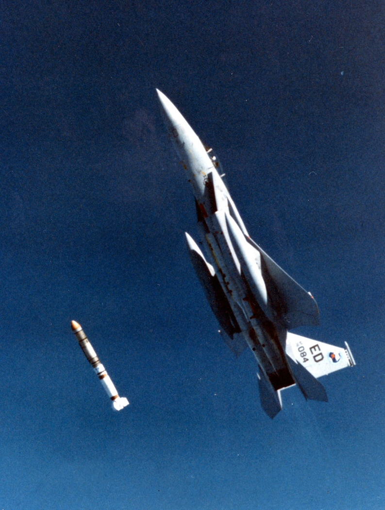 F-15鷹式戰鬥機向衛星發射導彈的垂直升高情景。(維基百科公有領域)
