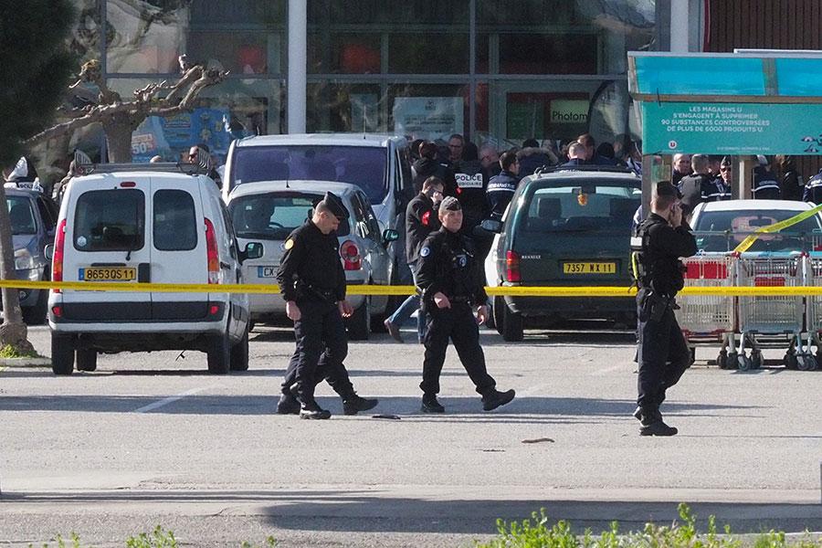 法國南部周五(3月23日)傳出槍聲,一槍手在特雷貝(Trebes)的一個超市劫持了多名人質,至少2人死亡。(RAYMOND ROIG/AFP/Getty Images)