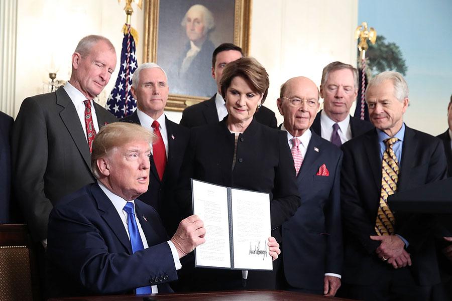 白宮在美國時間2日表示,總統特朗普已厭倦被中共利用,將對課稅舉措展開反擊。圖為特朗普日前簽署相關行政備忘錄。(Mark Wilson/Getty Images)