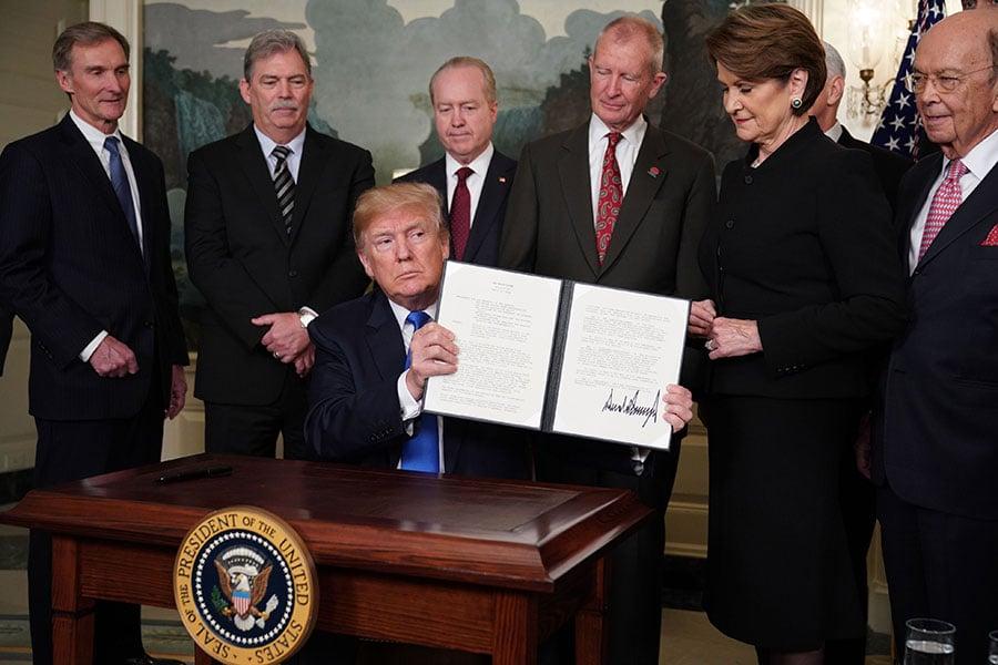 特朗普總統決定對600億美元中國商品徵收懲罰性關稅,周四(3月22日)得到兩黨支持,這反映出許多美國官員和企業領袖對中共幻滅。(MANDEL NGAN/AFP/Getty Images)