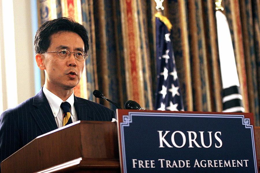 周一(3月26日),南韓政府公佈《美韓自由貿易協定》(FTA)修訂談判結果。南韓在汽車和鋼鐵貿易上作出讓步,美國給予南韓鋼鐵關稅永久豁免權。(NICHOLAS KAMM/AFP/Getty Images)