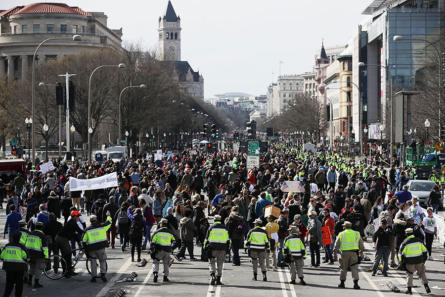周六(3月24日)中午12點,「為生命而走」(March for Our Lives)組織在美國華府舉行控槍遊行,大約50萬人參加。(Chip Somodevilla/Getty Images)
