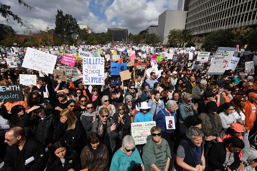 周六(3月24日)中午12點,「為生命而走」(March for Our Lives)組織在美國華府舉行控槍遊行,大約50萬人參加。圖為洛杉磯民眾響應參加遊行。(MARK RALSTON/AFP/Getty Images)