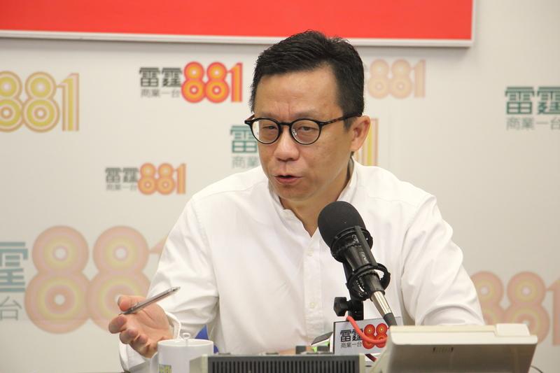 香港電視主席王維基昨日在電台中再次強調必須站出來撤換梁振英,否則將後悔,他說不懼怕因參選立法會而來的黑材料。對於坊間一直傳說他私生活混亂,王指已恰當地處理婚姻狀態。(蔡雯文/大紀元)