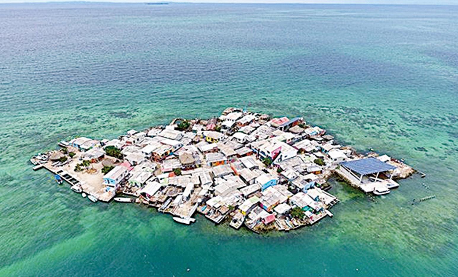 空中俯瞰聖克魯斯島(Santa Cruz del Islote),島上佈滿密密麻麻的屋舍,不愧為世界上人口密度最大的島嶼。(網絡圖片)
