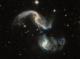 兩星系合併撞出耀眼藍色光芒