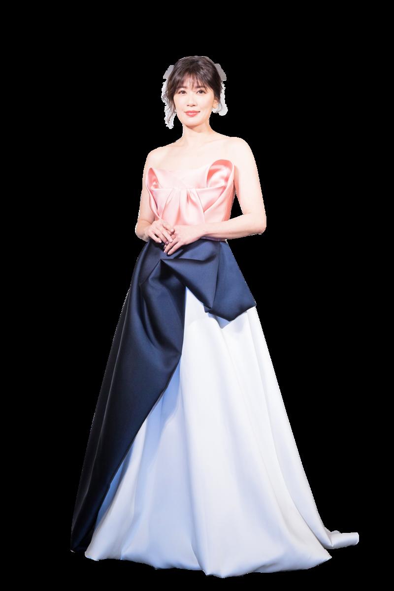 右圖:賈靜雯穿著一襲禮服出席婚紗公司活動。(陳柏州/大紀元)
