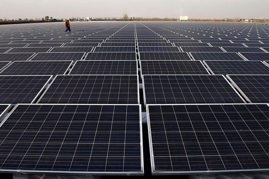 美國總統特朗普批准對進口太陽能面板和洗衣機課以重稅,被外界視為是中美貿易戰開打的訊號。圖為中國安徽省一個太陽能電廠。(AFP/Getty Images)