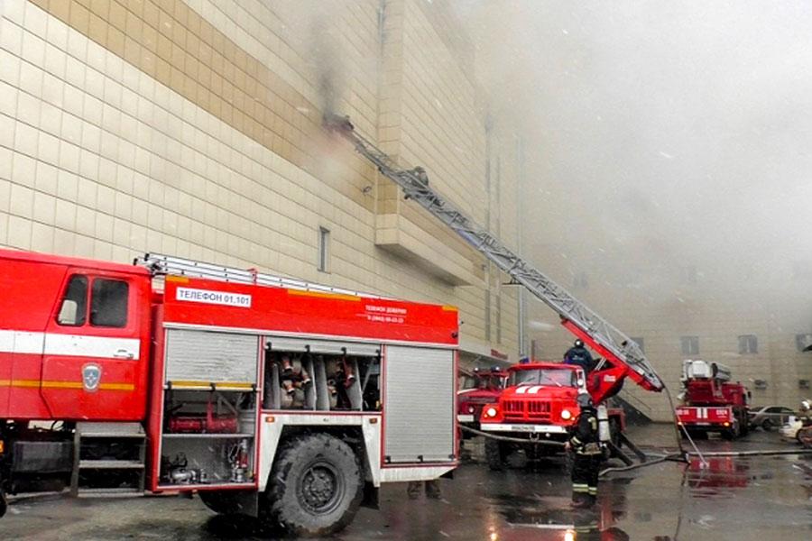 俄羅斯一購物中心周日發生火災,圖為救援人員滅火。(AFP PHOTO / RUSSIAN EMERGENCY SITUATIONS MINISTRY / HO)