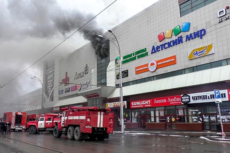 俄羅斯西伯利亞中部的工業城克麥洛伏市(Kemerovo)的一購物中心周日發生火災。至少64死數十人失蹤,包括數十名兒童。(AFP PHOTO / RUSSIAN EMERGENCY SITUATIONS MINISTRY / HO)