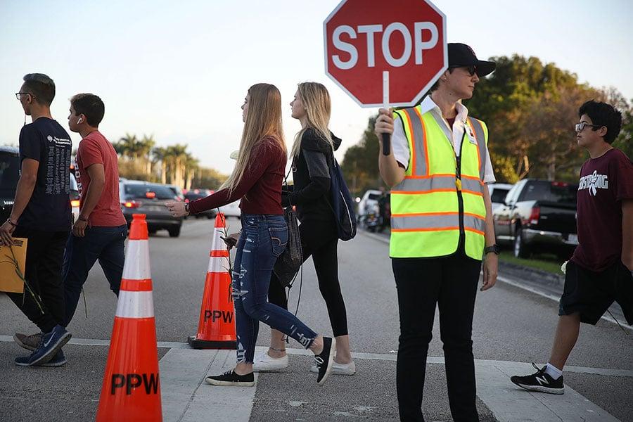美國賓州Schuylkill郡藍山學區督學長赫爾斯(David Helsel)3月15日表示,可以為校內的學生們配備石塊,作為應對槍手入侵的一項策略。圖為佛州道格拉斯高中發生槍擊案後,2月28日學校首次再開放並迎來返校的學生。(Joe Raedle/Getty Images)