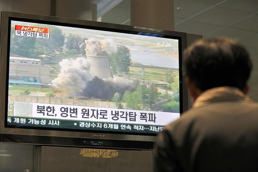 南韓「每日北韓」(Daily NK)網站援引消息稱,北韓領導人金正恩下令防止與寧邊核設施內部活動有關的訊息外洩。圖中電視畫面為2008年6月27日,北韓銷毀了寧邊核設施的一個冷卻塔,以展示其中止核武發展的過程。(JUNG YEON-JE/AFP/Getty Images)