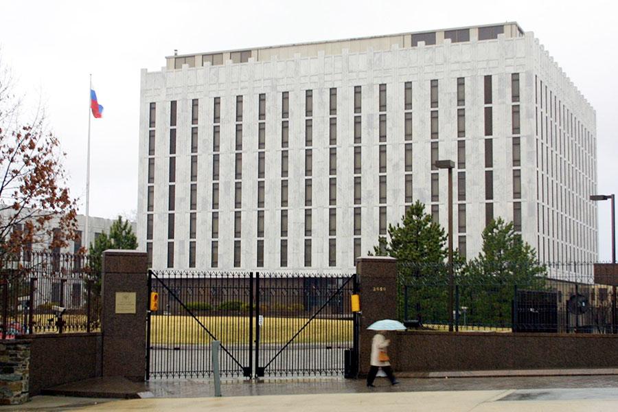 周一,白宮宣佈美國總統特朗普下令驅逐60名俄羅斯外交官,以及關閉俄國駐西雅圖領事館。圖為俄羅斯駐美大使館。(Alex Wong/Newsmakers)