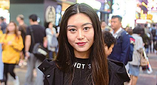四川遊客羅小姐從QQ轉用微信數年,因為朋友都在用。大陸甚至買菜都用微信支付,她在香港也用微信支付。不過,她也擔心數據安全,不會在微信支付上綁太多現金。