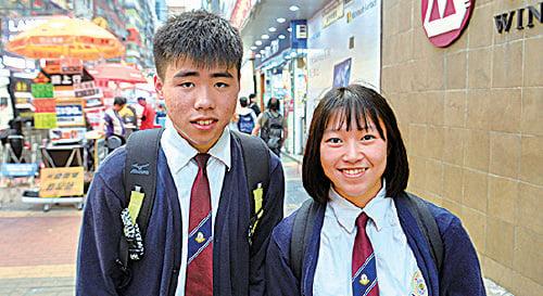 香港中學生李同學(左)因為要參加大陸交流團,最近才使用微信。檀同學(右)很少用微信。他們指涉及到政治的話題不會在微信上講,會選擇用其它軟件談。