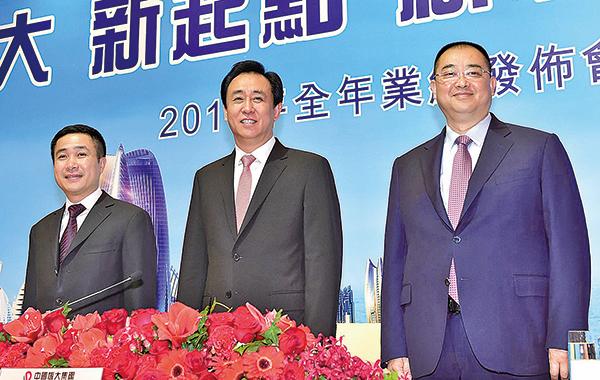 中國恒大(03333)董事長許家印(圖中),昨現身香港業績會。(郭威利/大紀元)