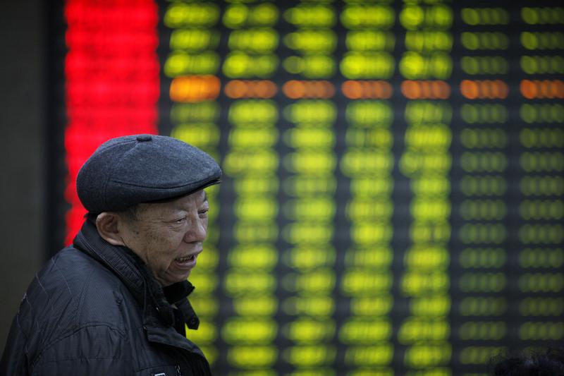 繼上周五滬指暴跌3.39%後,3月26日(周一),滬指仍表現疲軟,收盤跌0.60%,盤中銀行保險股領跌。外界關注,中美貿易戰對後市的影響。(大紀元資料室)