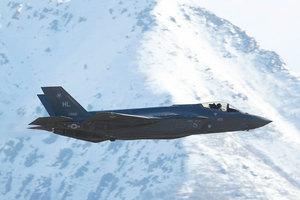 空戰新時代 F-35戰機同時摧毀兩架無人機