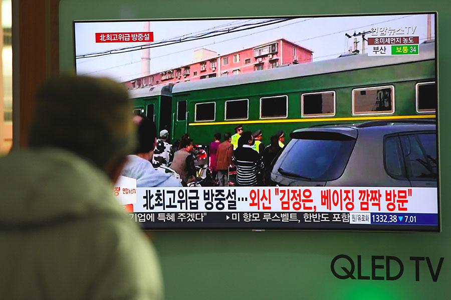 北韓高官搭乘專列在3月26日下午抵達北京訪問,外界推測其為北韓領導人金正恩。圖為韓媒報道有關北韓高官搭乘專列在26日下午抵達北京一事的電視畫面。(JUNG YEON-JE/AFP/Getty Images)