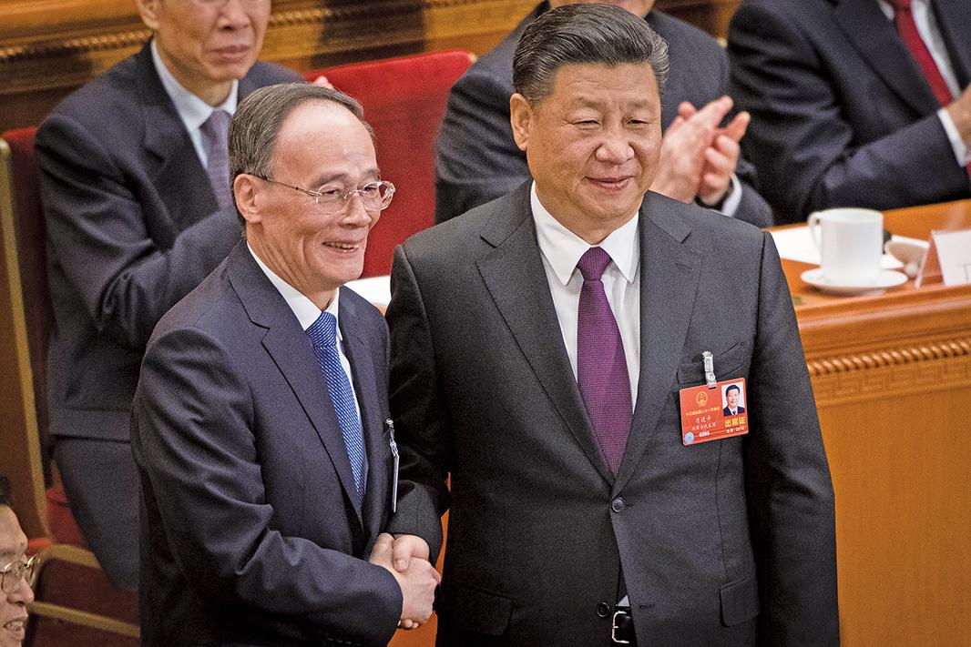 王岐山在中共兩會上當選國家副主席,與習近平握手。(Getty Images)