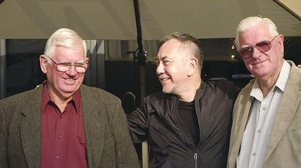 黃秋生與兩名同父異母哥哥大衛(右)和約翰(左),本月在香港首次團聚。(BBC影片截圖)