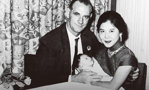 黃秋生BB時與父母合影的黑白照。(黃秋生facebook)